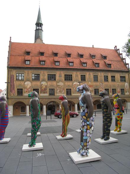 Löwenmenschen vor Ulmer Rathaus
