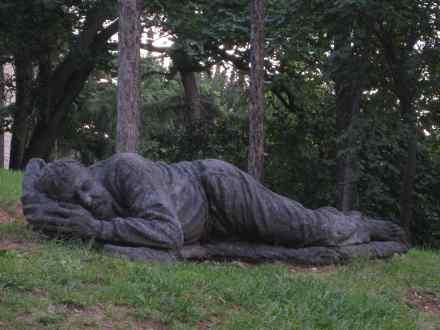 http://www.donvanone.de/wp-content/uploads_donvanone/2008/06/skulptur-schlafendermann.jpg