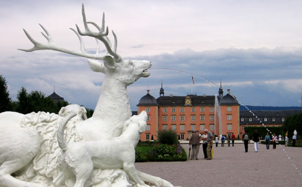 Hirsch vor Schloss