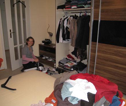 Frau Bü sortiert Kleiderschrank aus